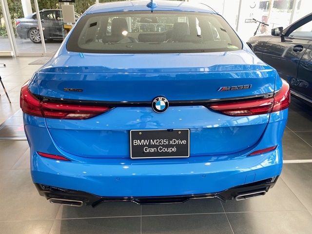 BMW M235i xDrive グラン クーペの青の後ろ