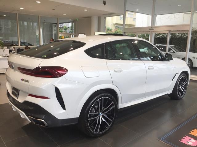 BMW X6 M50iの横