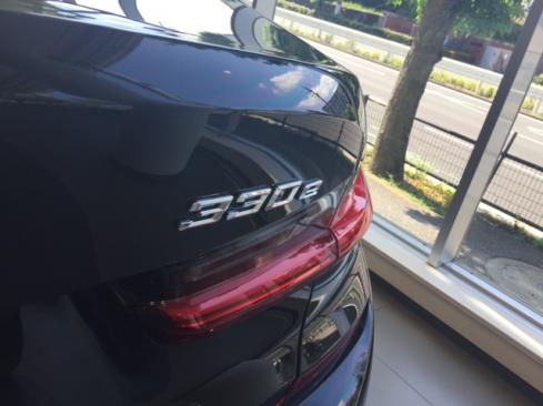 BMW 330e M Sport Edition Joy+ ロゴ