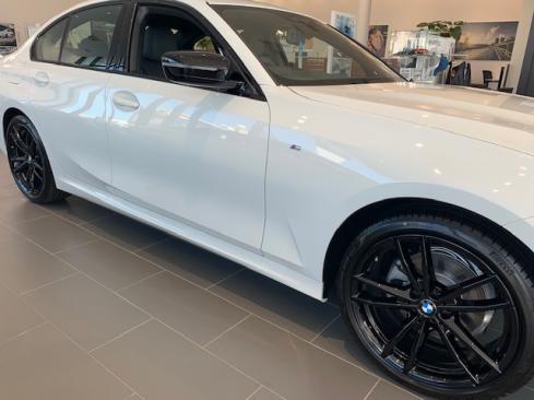 BMW 320d xDrive M Sport Edition Joy+の横