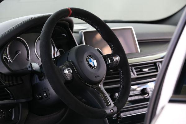 BMW車の運転席