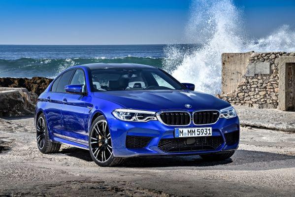 BMW M5の青