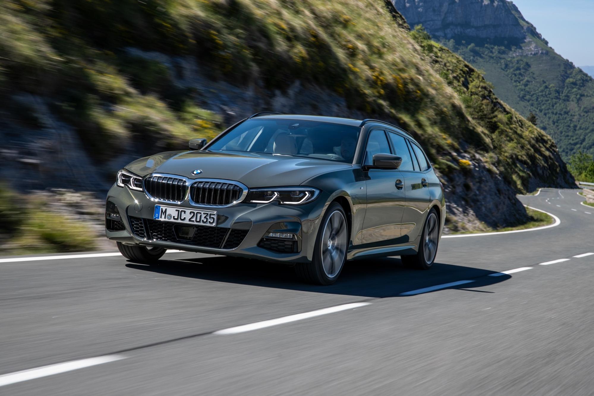 峠を走行する新型BMW 3シリーズ ツーリング