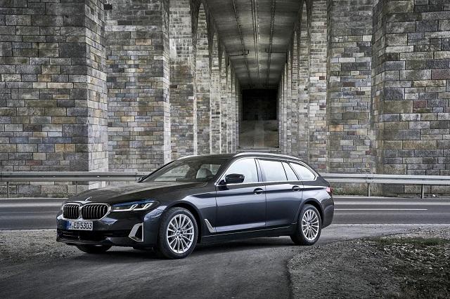 グレーの新型BMW5シリーズ ツーリング