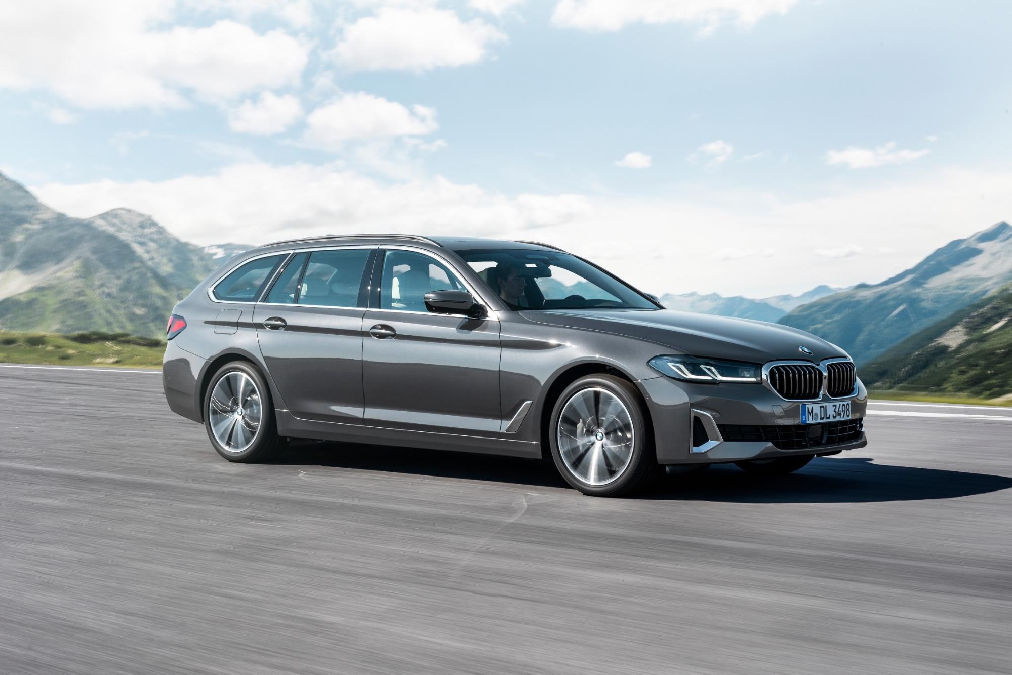 走行する新型BMW 5シリーズ
