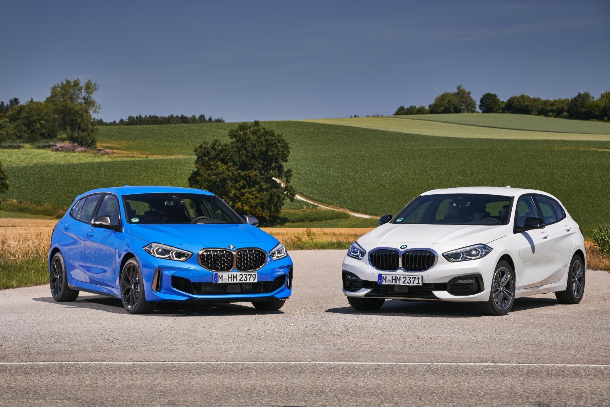 ブルーとホワイトのBMW 1シリーズ