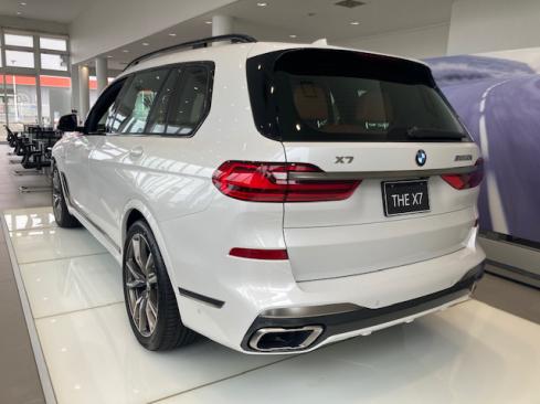 BMW X7 M50i 後ろ