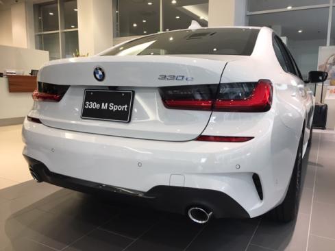 BMW 330e M Sportの後ろ