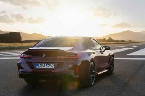 NEW BMW M8 Gran Coupeの後ろ