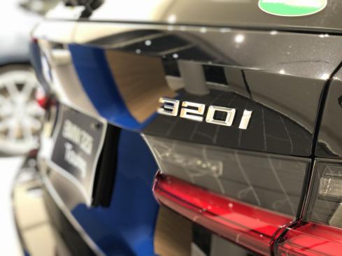 BMW 320i Touring M Sportの後ろ