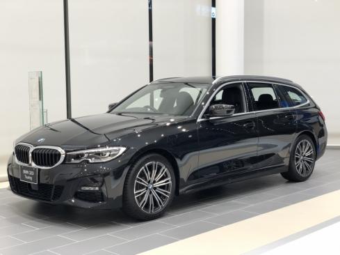 BMW 320i Touring M Sportの横