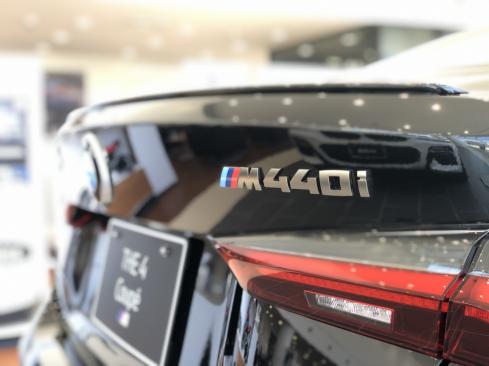 BMW M440i xDrive クーペ ロゴ