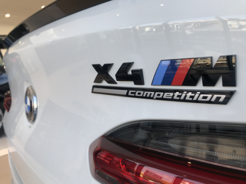 BMW X4 M Competitionのロゴ